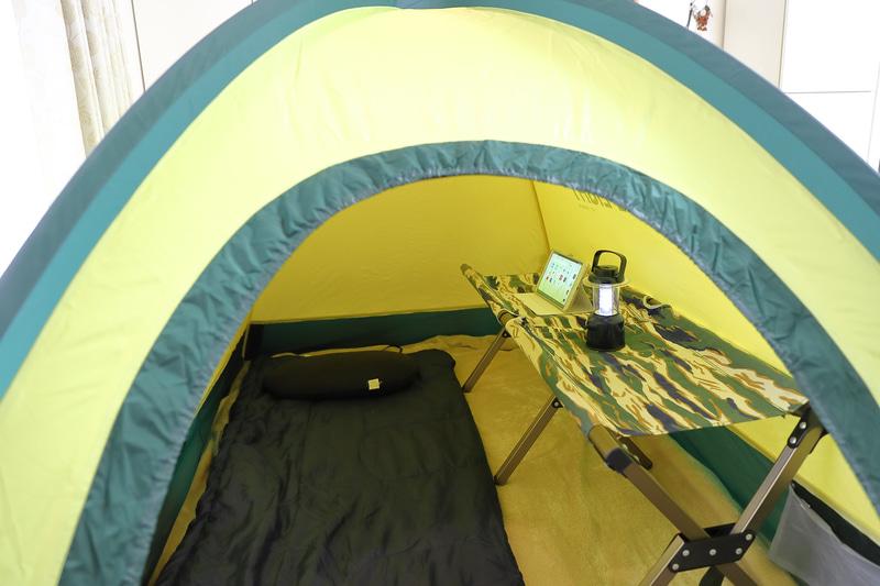 アウトドア用の折り畳みチェアやベンチを設置して仕事や趣味の空間としてみた例