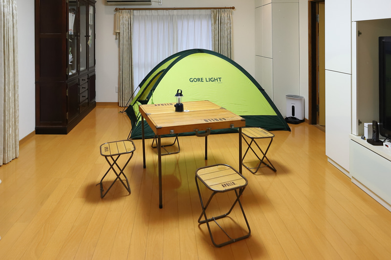テントとテーブルを設置
