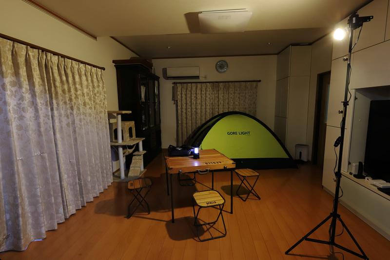 撮影の仕事で使っているライトスタンドとレフ球を使って、ランタンの灯りの雰囲気を作った