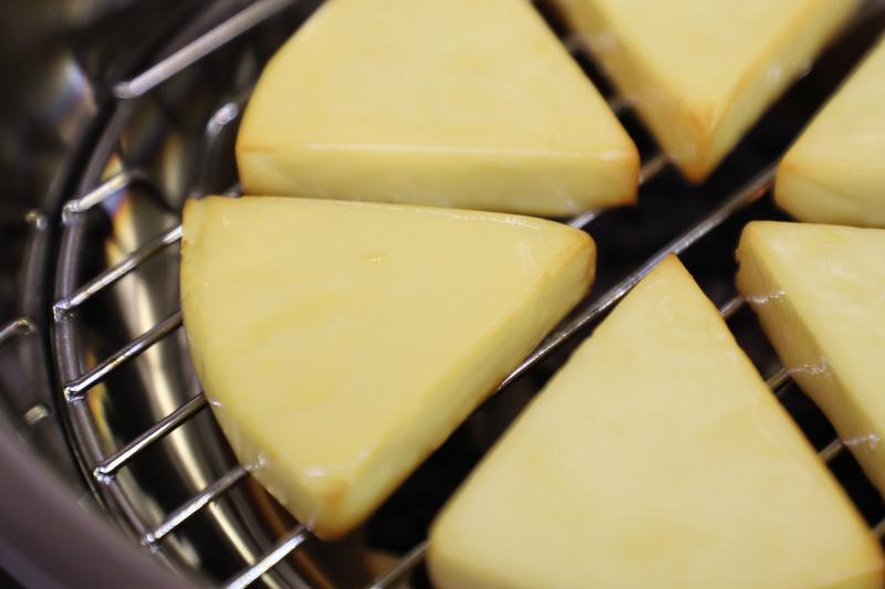 食材にもよるが、熱燻の場合は1~2分程度で十分に香りがつく