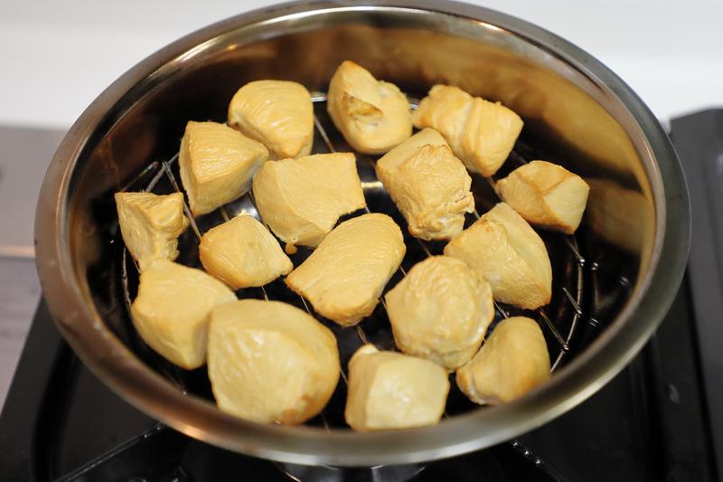 鶏むね肉もスモークしてみた。熱燻の場合はあらかじめ下茹でして火を通しておく