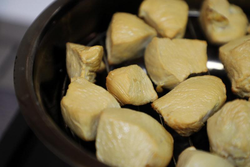 食材にはスモーク前に塩コショウなどで味をつけておくとよい
