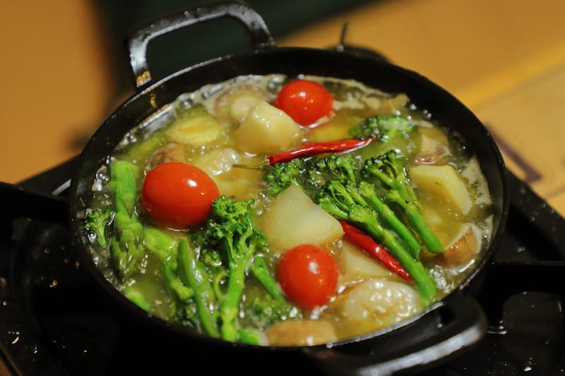 チキンのトマト煮込み、アヒージョ、燻製