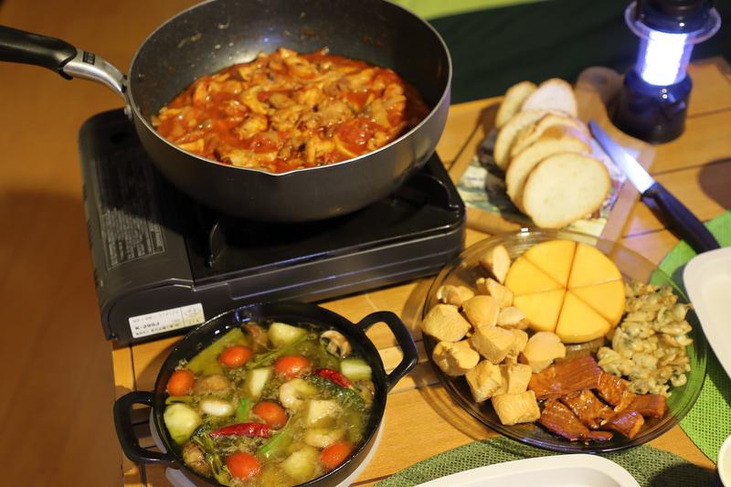 できた料理はアウトドアテーブルでいただく。カセットコンロは保温に使用