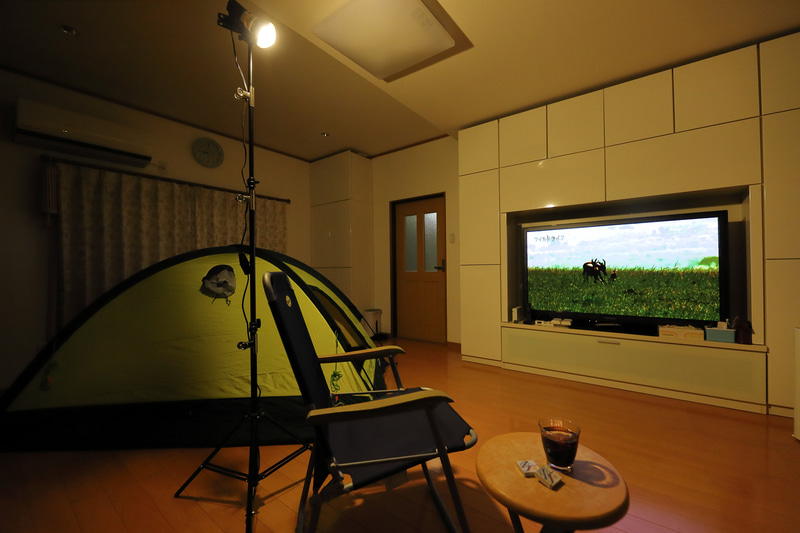 家キャンだとホットワインを飲みながら映画鑑賞もできる。テントの向きを変えて寝ころびながら見るのもアリだ