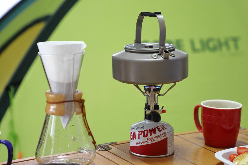 CHEMEX(ケメックス)のコーヒーメーカーも20年選手。ペーパーフィルターは自分で折ってセットする