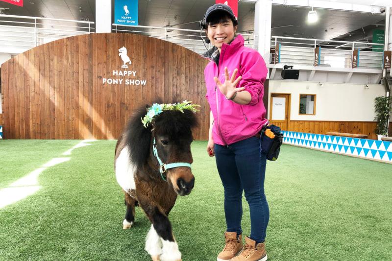 ノーザンホースパーク 乗馬営業課スタッフの田澤直沙美さんとショーポニーのすーちゃん