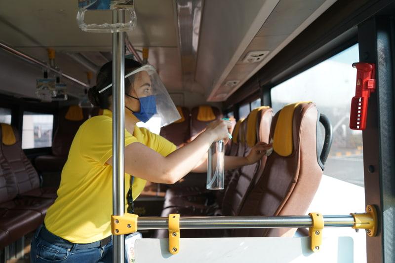 シャトルバスの消毒の様子