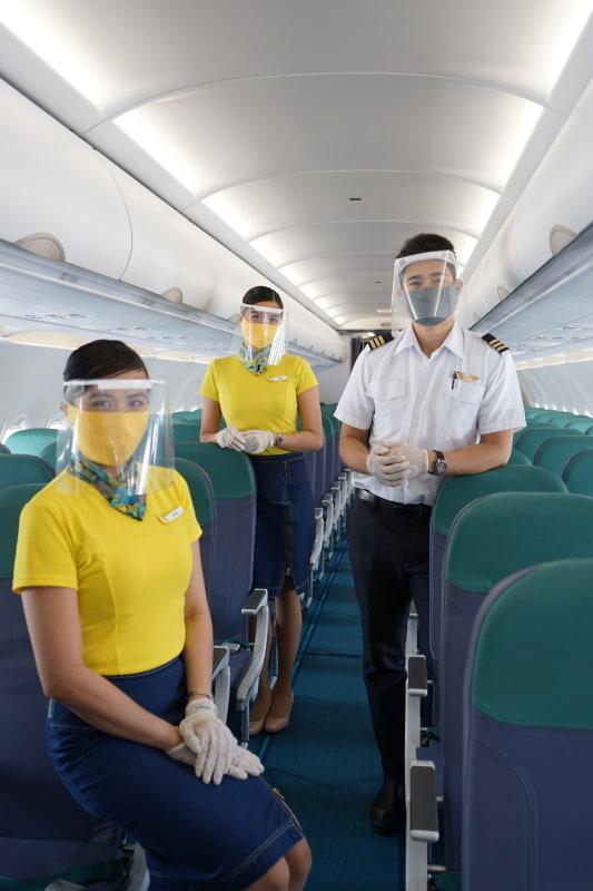 個人用保護具を着用した客室乗務員