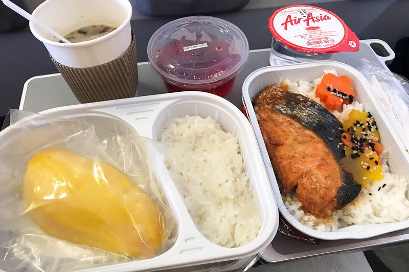 こちらはエアアジアの機内食。メインのシャケ弁と遜色ない存在感がすごい