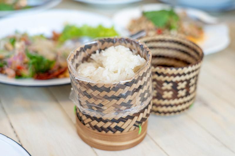 タイのレストランではもち米はこのようなカゴに入れて出されることが多いのですが、