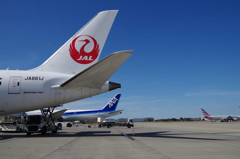 ターミナル3の閉鎖で、ターミナル2のスポットに両社の機体が隣接して駐機