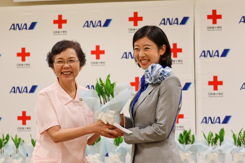 ANAは各地の赤十字病院へのすずらん贈呈など、医療関係者を支援する取り組みを発表した(写真は2019年の贈呈式)