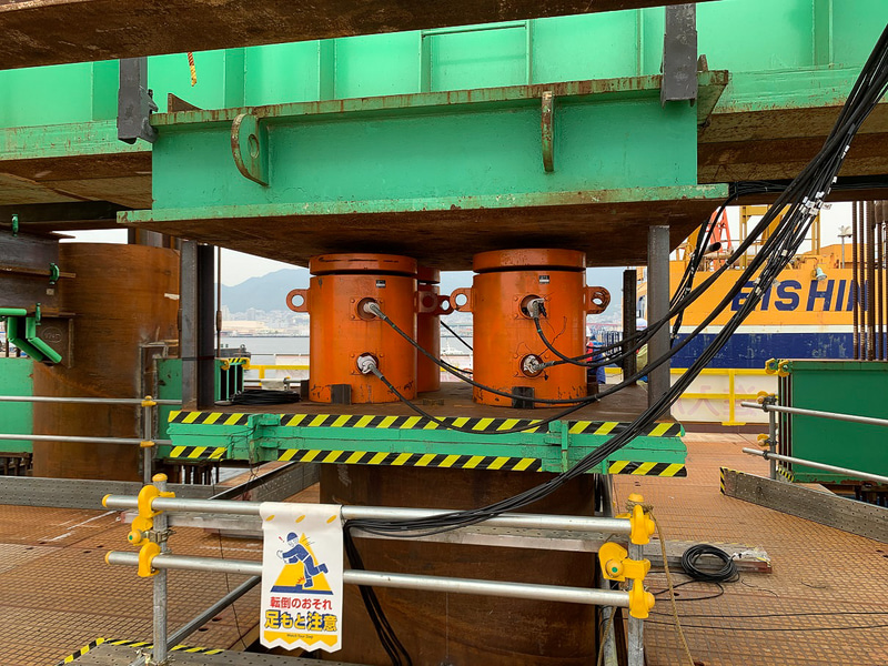 静的載荷試験機。写真右のオレンジの円柱が、1万kN対応の油圧ジャッキで、これを4基使用して荷重をかける