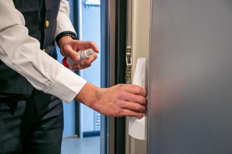 営業運行中は車掌が消毒液を携帯しており、車内巡回時にはトイレのドアノブなど人が触れやすい箇所を定期的に消毒している