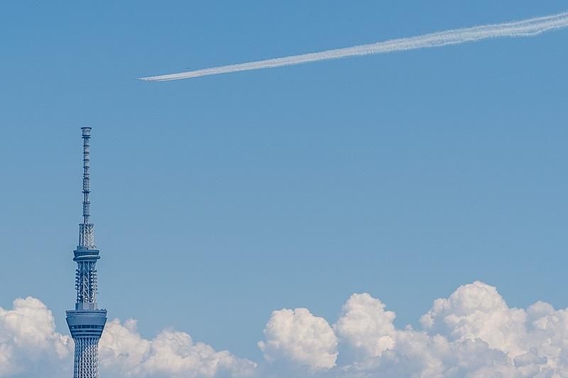 ブルーインパルスが医療関係者への感謝を込めて東京上空をフライト