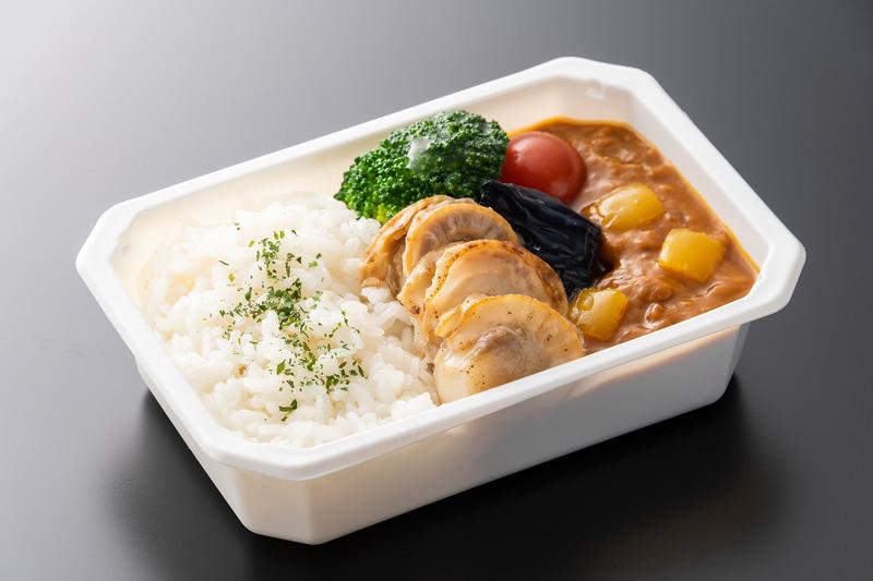 ANAのTastes of JAPAN by ANAで6月から東北地方を特集。写真は国内線エコノミークラスで8月に提供予定の「青森県産ベビーホタテ貝のカレー」