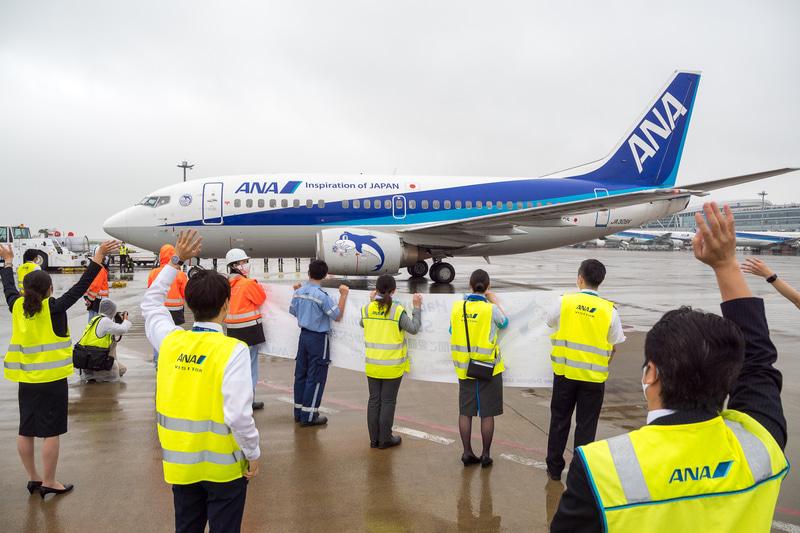 ANAグループのボーイング 737-500型機「スーパードルフィン」が全機退役。ラストフライトは羽田空港で盛大に出迎えられた
