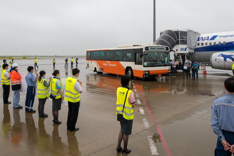 直前まで振っていた雨もやみ、記念撮影を楽しむ降機した乗客