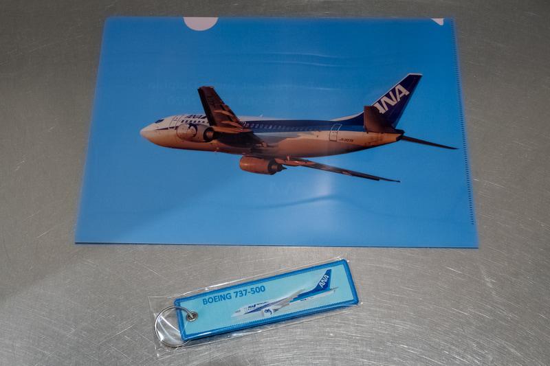 ラストフライトの乗客にプレゼントされた記念品。クリアファイルとタグは表裏でデザインが異なる