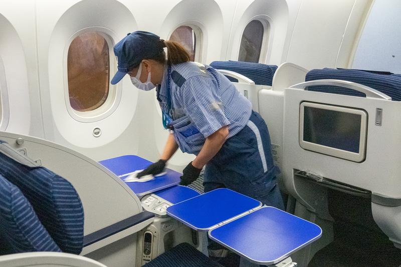 新型コロナウイルス感染拡大防止のために実施している機内の消毒作業