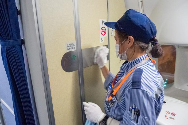 ラバトリーも消毒。ラバトリーは、夜間だけでなく、毎便到着後の駐機中にCA(客室乗務員)がアルコール消毒作業をしている