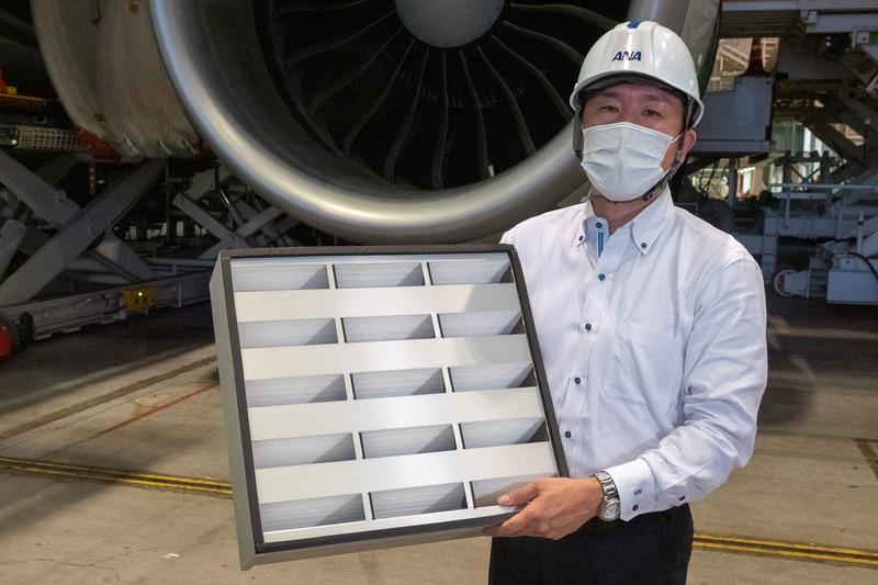HEPAフィルターを手に機内環境について説明する全日本空輸株式会社 整備センター 技術部 技術企画チーム リーダー 奥貫孝氏
