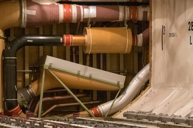 機体下部の貨物室奥(通常は壁になっており見ることはできない)に搭載しているHEPAフィルター。このダクトはマニホールドになっており、機外からの空気と、HEPAフィルターを通過した機内からの循環空気を混合し、中央の太いダクトで機体上部へと運んでいる。