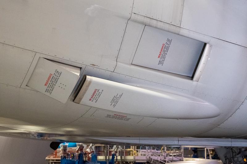 こちらはボーイング 787型機。下のカバーが付いているダクトが外気の取り入れ口。上部の口は高温の空気を冷やすための冷気を取り入れるための吸気口となる