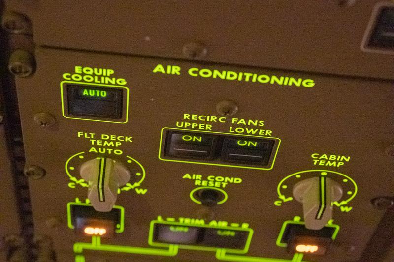 コックピットにある機内循環システムのファン「RECIEC FANS」を動作させるためスイッチ。基本的に常にオンにしている