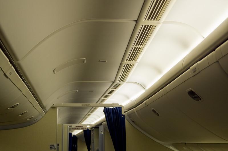 ボーイング 777型機の客室へ空気を送る天井のスリット