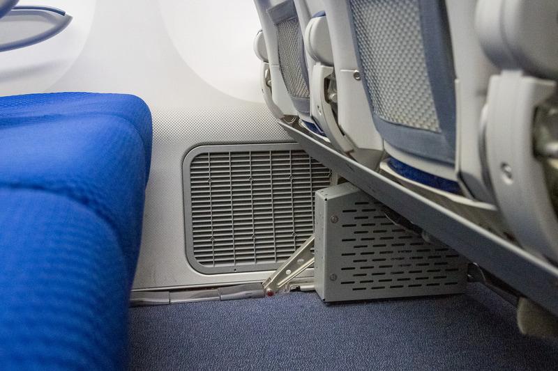 ボーイング 787型機の客室壁面足下にある排気口