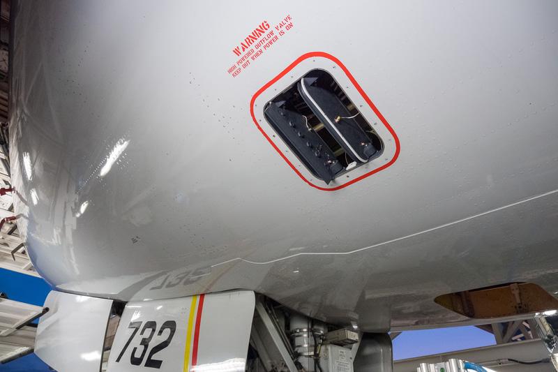 機内やラバトリーなどの空気を機外へ放出するアウトフローバルブ。ボーイング 777型機が機体前方と後方にあり、写真上段が前方、同下段が後方のもの。機内気圧の調整弁でもあるので、上空では蓋がもっと閉まったような状態になる