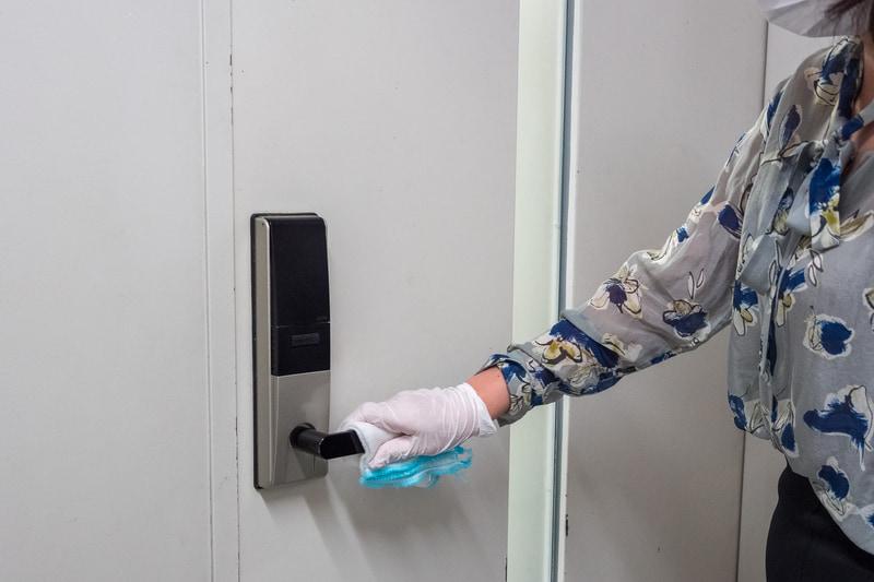 客室センターのフロアにあるエレベータや会議室なども消毒