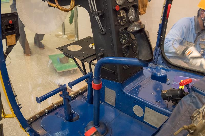 コクピット後部にある台は、農薬散布などでペイロードが増えた際に、無線機を取り外して、後部にあるバッテリをこちらに乗せてバランスを取るためのものだとか。詳しくは後述