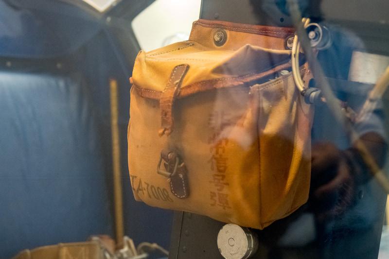 コクピット脇に「非常信号弾」袋。中身は残されていなかった
