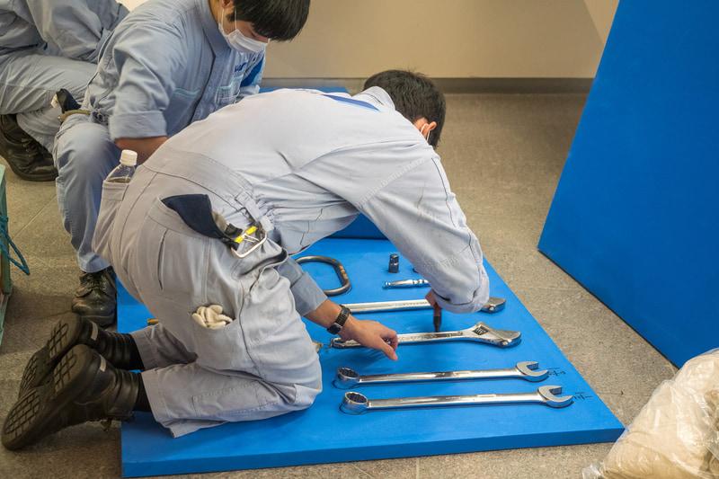 作業のために持参した工具は、ペンで縁取りした即席のパーツ置き場を作って管理