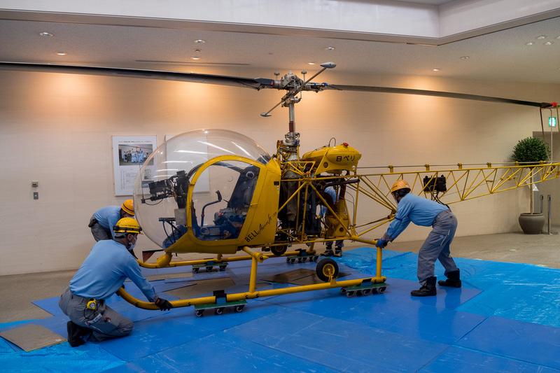 機体を持ち上げてスキッドの下に台車を設置。ぶつからないよう気を遣いながら作業しやすい場所まで移動