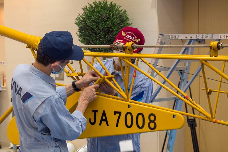 機体後部の登録記号などは元々、羽布に書かれていたものが付いていたそうだが、大きく破れてしまっていたことから、新たにFRP製の板を手作りして取り付け