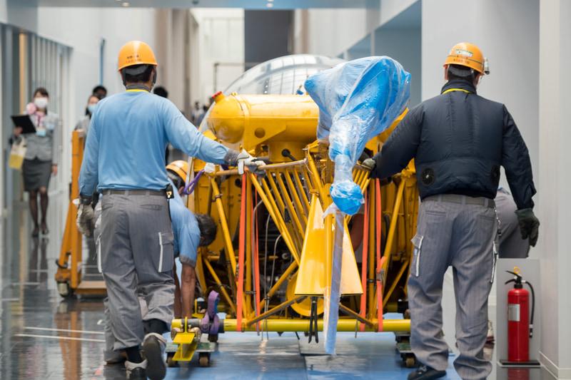 養生のためのパネルを後ろから前へと移動しながら、機体を前進