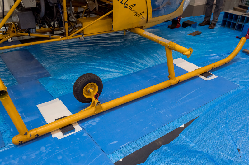 台車が付いた状態ではスタビライザーが干渉してしまったが、台車を外した状態で機体をスライドさせるという運送会社のテクニックがいかんなく発揮され、壁際への設置が完了