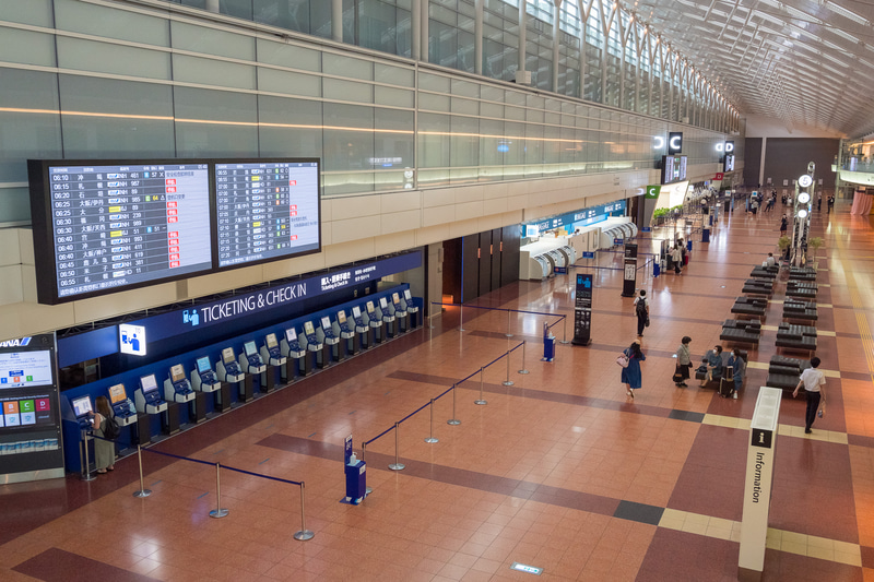 7月1日早朝の第2ターミナル南側の様子(写真左)。写真右は6月19日に撮影した際の様子