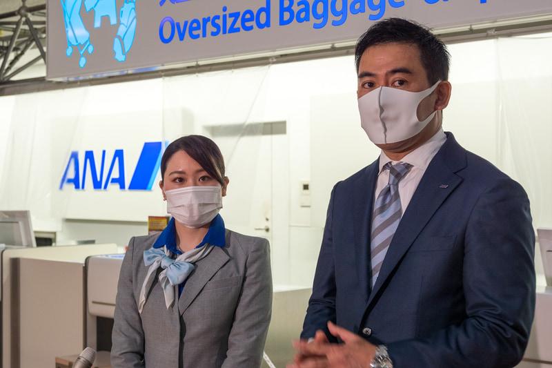 ANAエアポートサービス株式会社 旅客サービス部長 久沢弘太郎氏(右)と、同 旅客サービス部2課 山﨑晴菜氏(左)