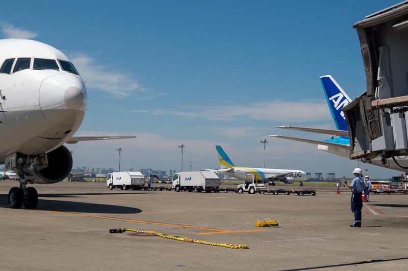 那覇からの飛行機が到着。この駐機場ではマーシャラーによる誘導が行なわれた