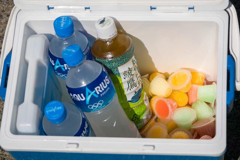 熱中症対策としてペットボトル飲料や凍らせた一口ゼリーの入ったクーラーボックス、塩飴を用意