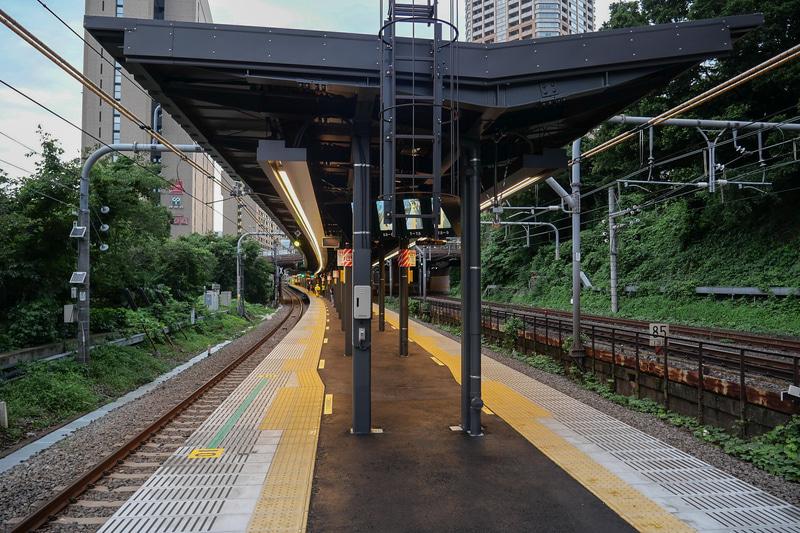 同じく7月12日より供用開始となったJR飯田橋駅の新ホーム。曲線半径が900mにまで緩和され、列車との隙間と段差を改善している