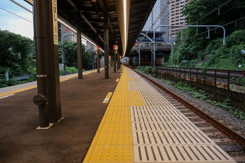 新宿方面の2番線側。こちらもカーブが緩くなっていることが一目瞭然。今後ホームドアの設置も予定している