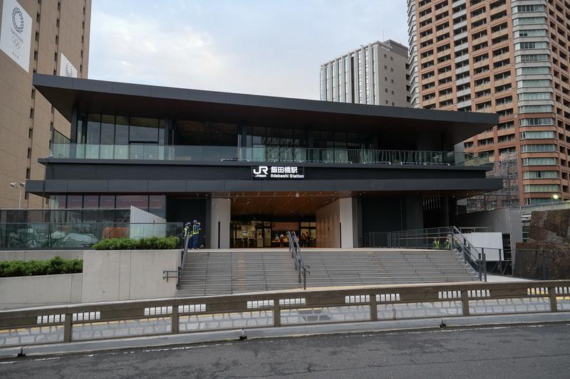 新西口駅舎は、早稲田通りの牛込橋に面する場所に建設。鉄骨造・2階建てとなっている