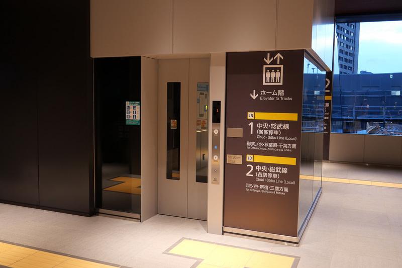 15人乗りのホーム行きエレベーター