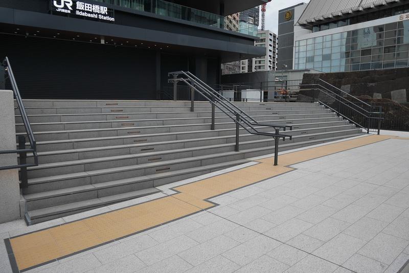 早稲田通りからコンコースへは約10段の階段を登ってアクセスする